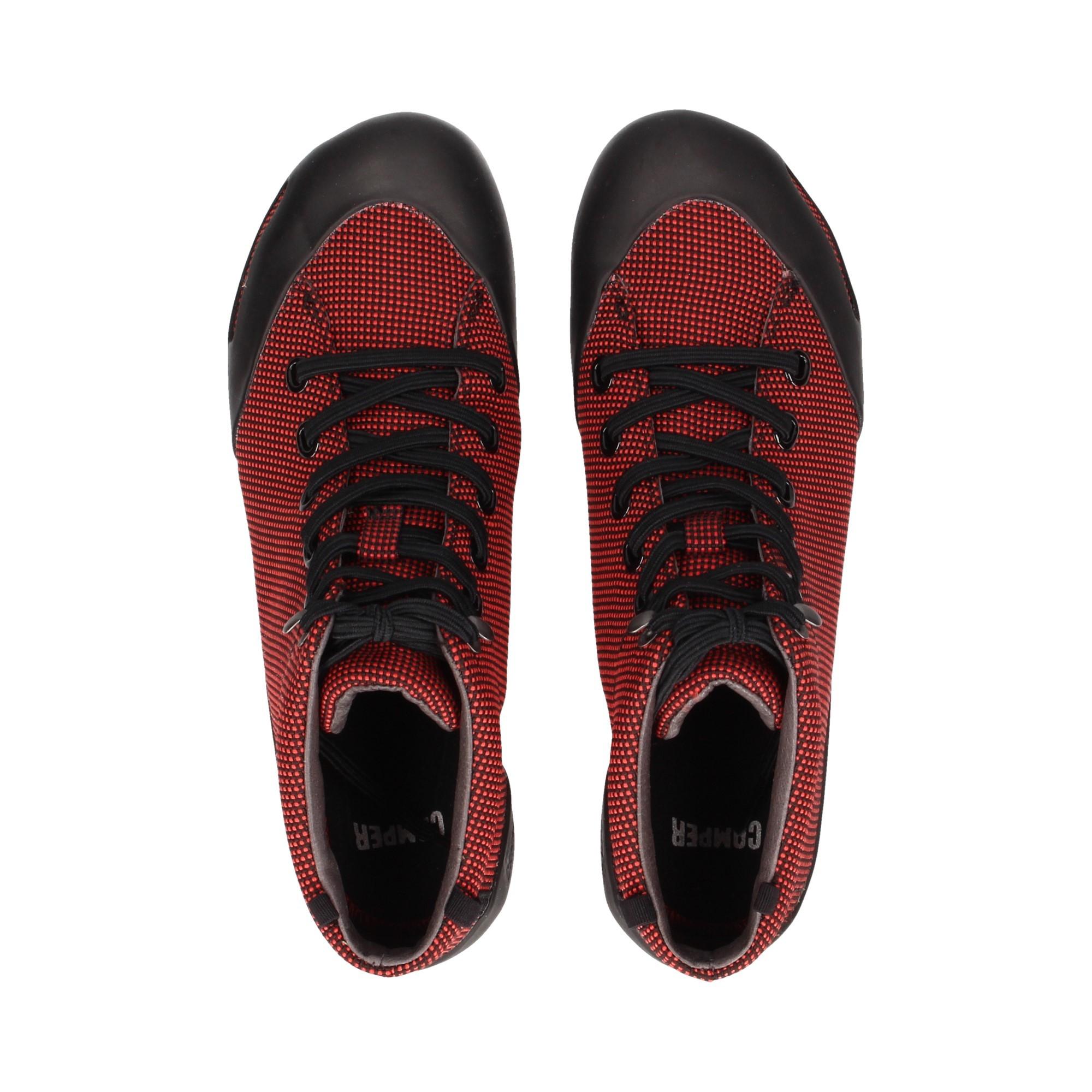 botin-acordonado-textil-negro-rojo