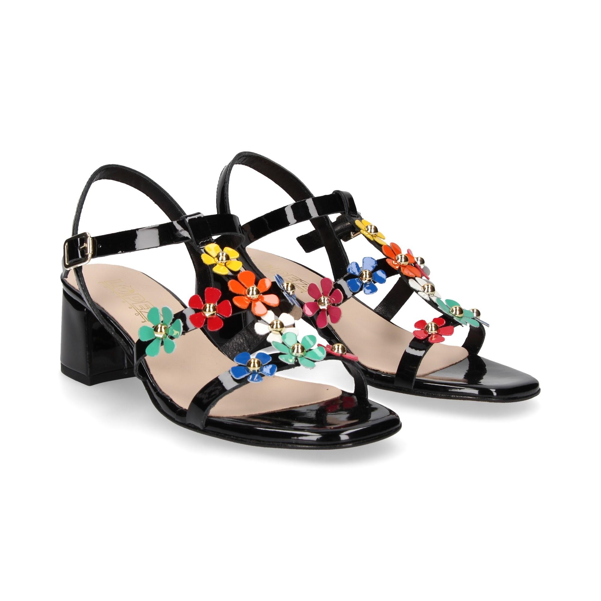 sandalia-carme-flores-multi-charol-negro